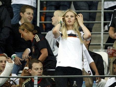 Bạn gái sao tuyển Đức khoe sắc trên khán đài World Cup