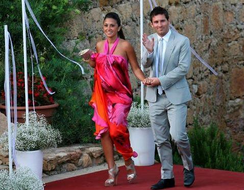Bạn gái Messi ôm bụng bầu dự đám cưới Iniesta