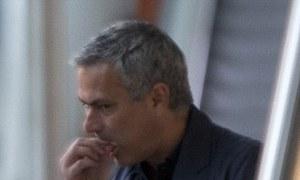 Mourinho phồng mồm ăn bánh