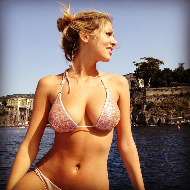 Hoa hậu Italy cặp kè cựu cầu thủ Barca