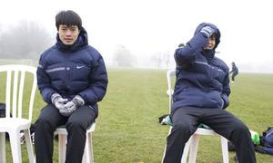 Cầu thủ U19 Việt Nam co ro trong sương mù ở Anh