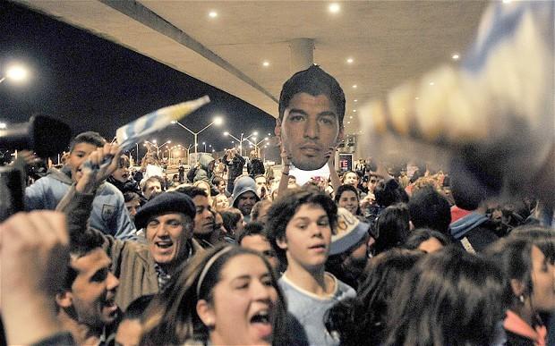 Uruguay chào đón Suarez như người hùng