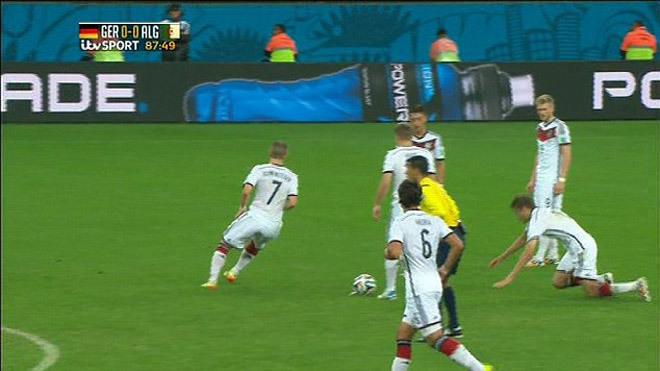 Thomas Muller 'vồ ếch' trong pha đá phạt tệ nhất World Cup