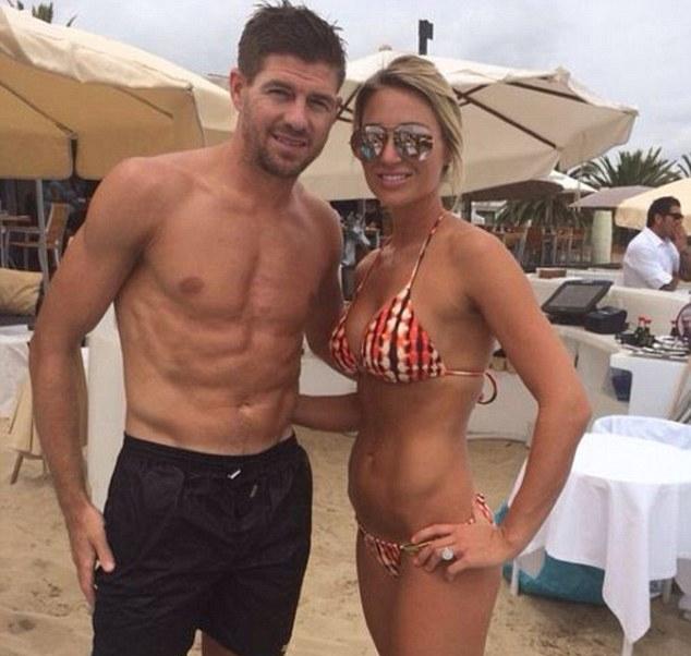 Gerrard khoe cơ bụng sáu múi