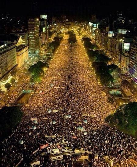 Hàng chục nghìn CĐV Argentina xuống đường