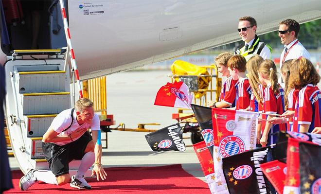 Schweinsteiger quỳ gối trước người hâm mộ ở Munich