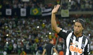 Ronaldinho bị chấm dứt hợp đồng ở tuổi 34