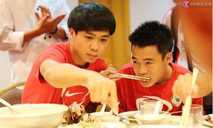 Đầu bếp Việt tháp tùng nấu ăn cho U19 Việt Nam tại Brunei