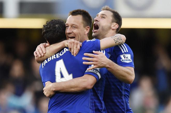 Cầu thủ Chelsea ôm nhau mừng như vô địch