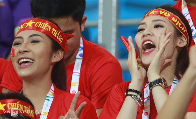 Những người đẹp truyền lửa cho U23 Việt Nam