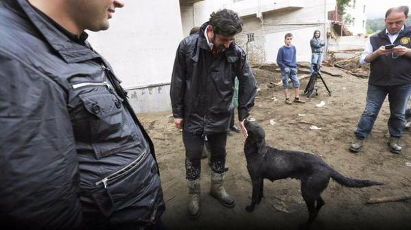 Cựu danh thủ của Milan xuống đường giúp đỡ nạn nhân lũ lụt