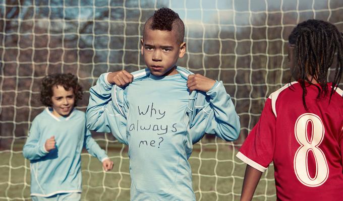 Trẻ em chụp ảnh nhắc lại hành động xấu của Suarez, Zidane, Cantona