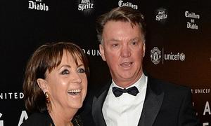 Van Gaal cùng dàn sao Man Utd bảnh bao diện vest dự tiệc