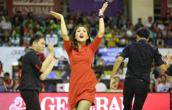 Dàn vũ công không chuyên khuấy động sân bóng rổ Việt
