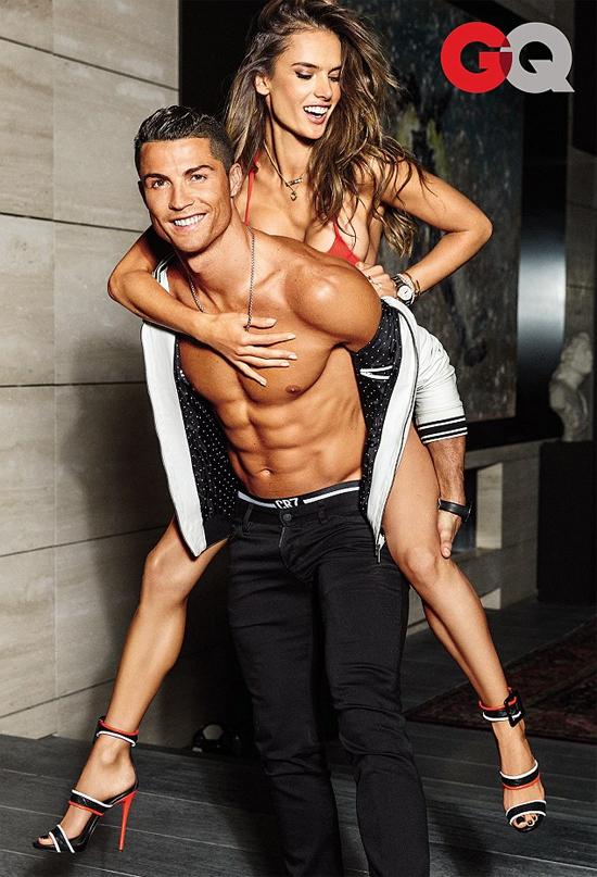 Ronaldo khoe cơ bắp cuồn cuộn cạnh siêu mẫu bikini