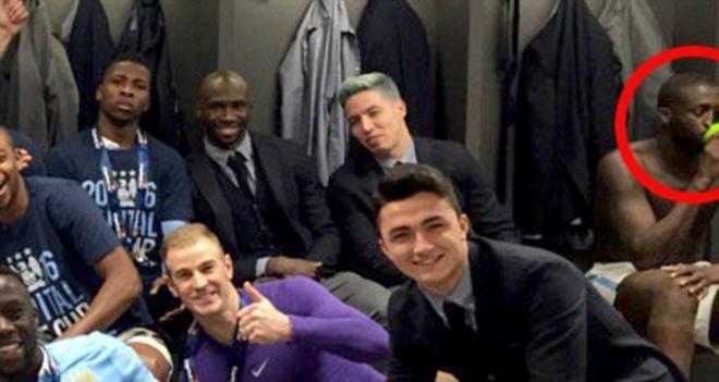 Toure phớt lờ việc chụp ảnh cùng đồng đội mừng chiến thắng