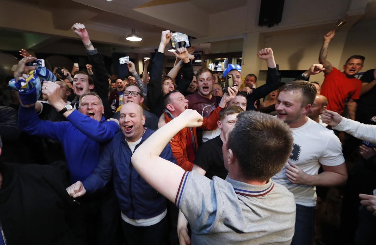 CĐV Leicester phát cuồng vì đội nhà vô địch Ngoại hạng Anh