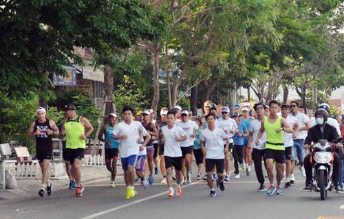 Các Ironman tham gia chạy gây quỹ từ thiện.