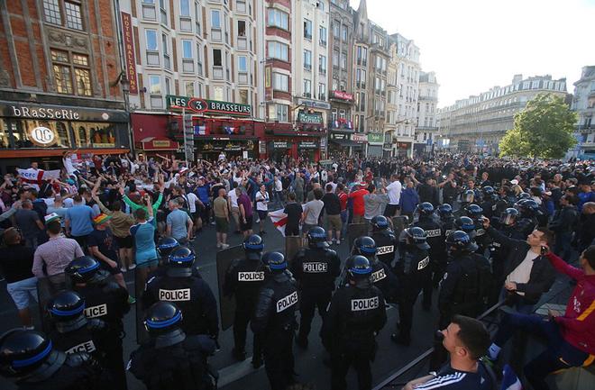 CĐV Anh đổ ra đường mừng Nga thua trận - ảnh thể thao