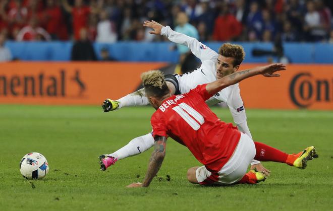Bóng vỡ và năm lần cầu thủ bị rách áo đấu trong trận Thuỵ Sỹ - Pháp - ảnh thể thao