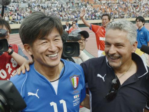 Trong khi danh thủ cùng tuổi là Roberto Baggio nghỉ hưu từ lâu thìKazuyoshi Miura (trái) vẫn miệt mài chinh chiến.