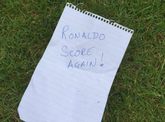 Mật thư Ronaldo nhận giữa trận đấu Hungary gây tò mò - ảnh thể thao