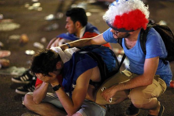 CĐV Pháp suy sụp khi đội nhà lỡ chức vô địch Euro 2016