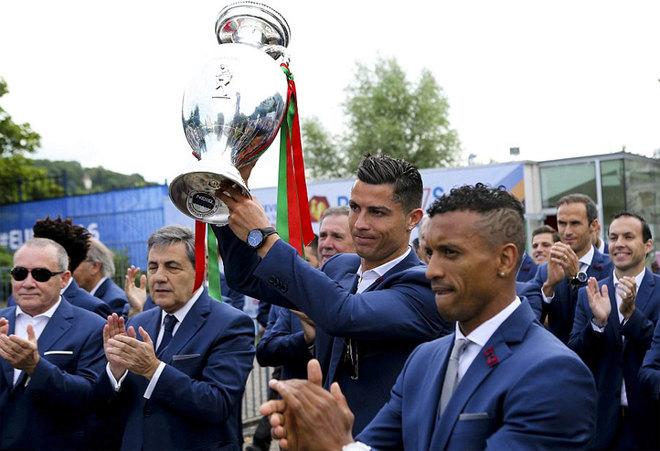 Biển người chào đón Ronaldo và đồng đội trở về Bồ Đào Nha - ảnh thể thao