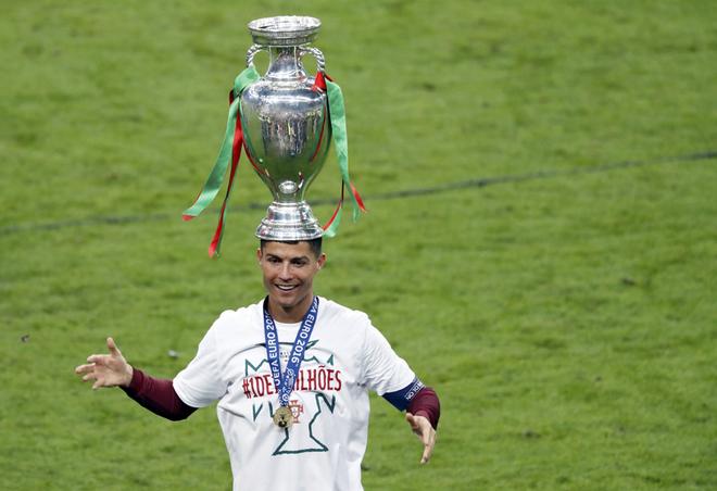 Ronaldo đội Cup lên đầu trong lễ mừng của Bồ Đào Nha - ảnh thể thao