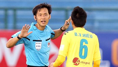 v-league-phai-cho-den-cuoi-mua-moi-co-trong-tai-ngoai