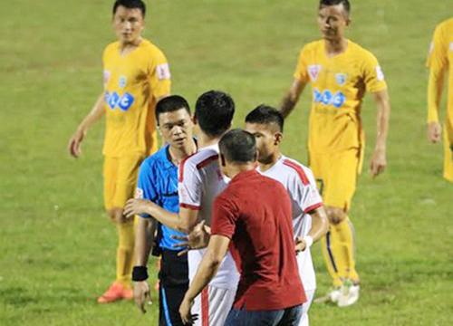 nhung-lum-xum-cua-trong-tai-o-v-league-2016-1