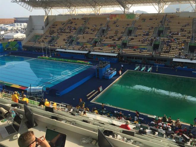 Nước bể bơi đổi màu sau một đêm tại Olympic 2016