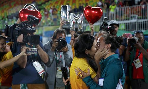 cau-thu-duoc-ban-dong-tinh-cau-hon-ngay-tren-san-dau-olympic