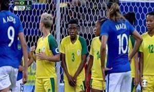 Nữ cầu thủ gây ngạc nhiên vì lấy tay che vùng kín ở Olympic