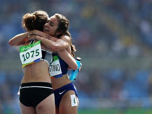 hai-nu-vdv-bat-chap-thanh-tich-de-giup-do-doi-thu-o-olympic-2016-1