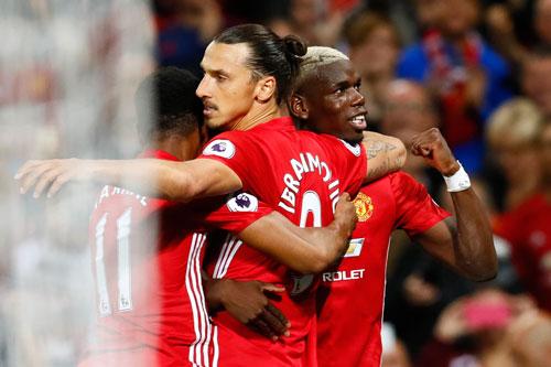 Pogba có trận ra mắt đầu tiên cho Man Utd nhưng vẫn phải nhường sân khấu cho đàn anh Ibrahimovic. Ảnh: Reuters.