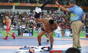 HLV đội Mông Cổ cởi áo quần phản đối trọng tài ở Olympic