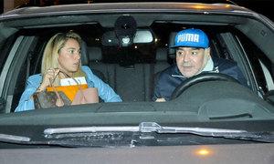 Bồ trẻ hộ tống Maradona đi làm phẫu thuật chống lão hóa