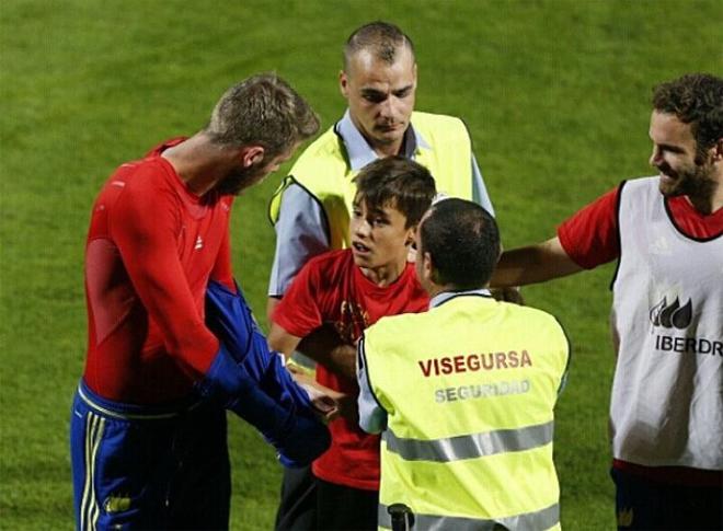 CĐV chạy vào sân gây rối, được De Gea tặng áo