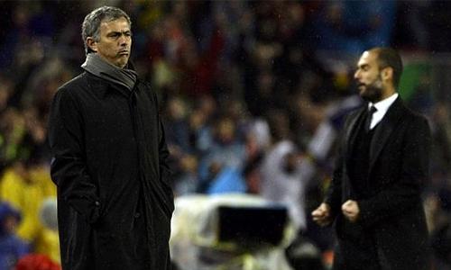 mourinho-guardiola-va-chuyen-chua-biet-ve-ban-tay-nho