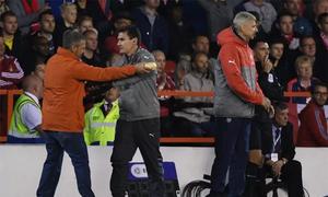 Khán giả xông vào sân mời Wenger ăn bánh