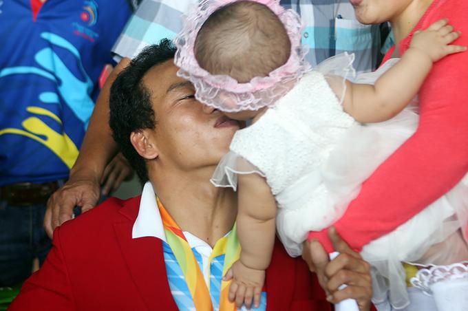 Đô cử Lê Văn Công hôn con gái nhỏ ngày trở về