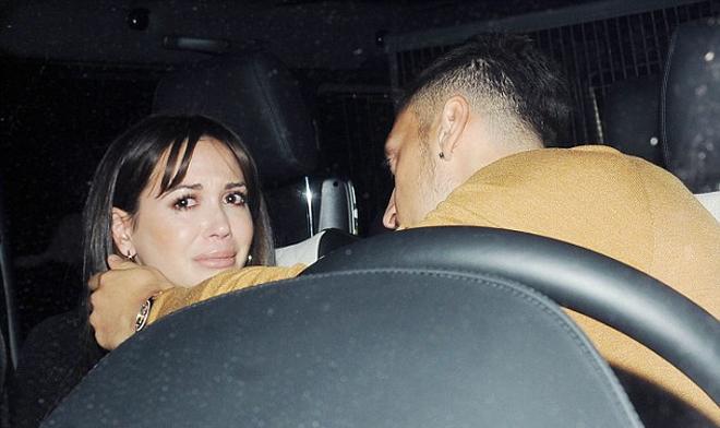 Bạn gái khóc nức nở trong vòng tay của Ozil