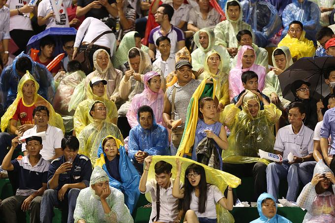 Người hâm mộ Sài Gòn đội mưa 'cháy' cùng đội tuyển Việt Nam