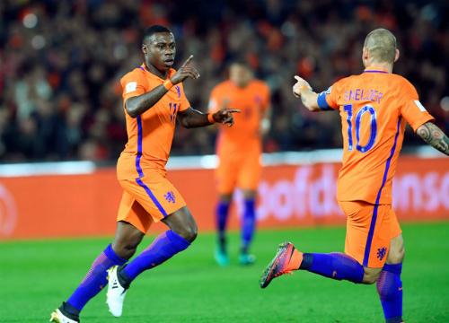 Promes (trái) tỏa sáng trong chiến thắng của Hà Lan. Ảnh: Reuters.