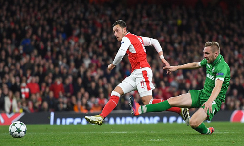 ozil-ghi-hat-trick-arsenal-thang-6-0-o-champions-league-2