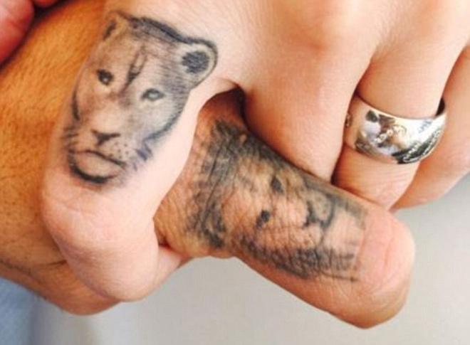 Suarez cùng vợ khoe hình xăm đầu sư tử