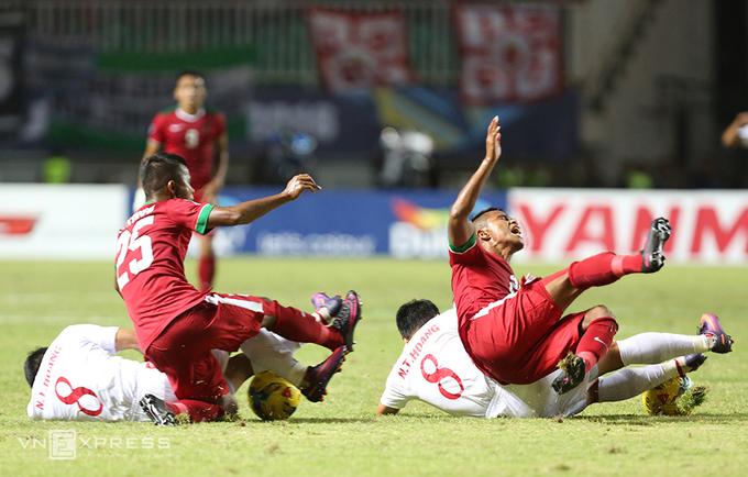 Những pha va chạm nảy lửa trong trận Indonesia - Việt Nam - ảnh thể thao