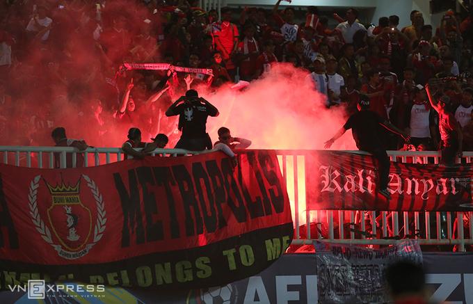 CĐV Indonesia đốt pháo mừng chiến thắng trước Việt Nam - ảnh thể thao
