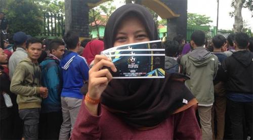 bien-nguoi-o-indonesia-xep-hang-mua-ve-chung-ket-aff-cup-2016-3